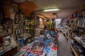 Vanessa livraria Libreria Acqua Alta in Venice, Italy. One could spend hours and hours looking through all the material of this bookshop.